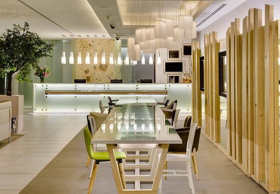 Protea Hotel Fire & Ice! by Marriott Cape Town: Lobby & Communal Table