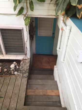 Aqua Bay Villas: Down into the room
