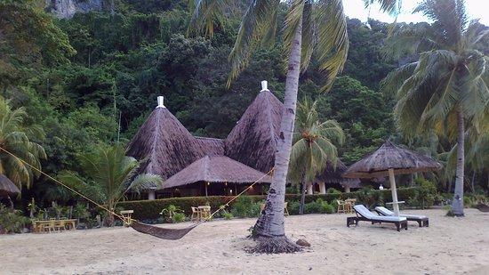 El Nido Resorts Apulit Island: Restaurant by the lagoon beach.