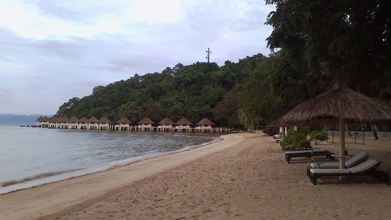 El Nido Resorts Apulit Island: Beach and cottages.
