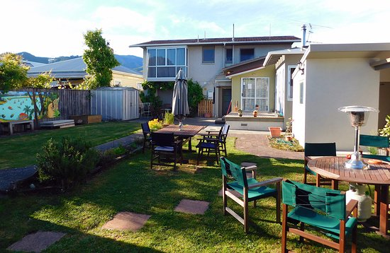 Almond House Backpackers : open space back yard