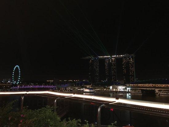The Fullerton Hotel Singapore : Blick von der Rooftopbar. Unser Zimmer (2 Etagen tiefer) hatte den gleichen,sensationellen Ausbl