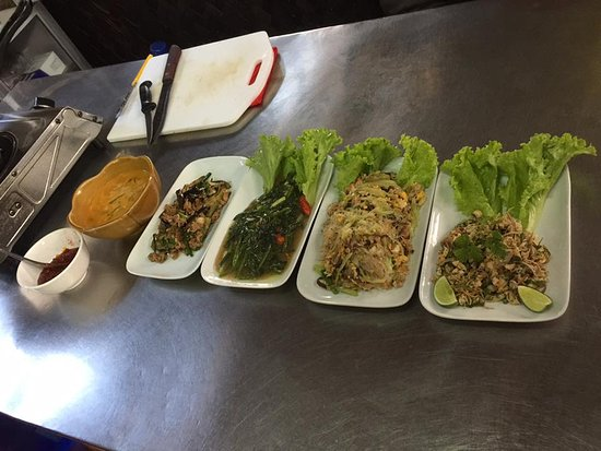 Tamnak Lao Cooking School : Dishes & condiments demonstrated by the chef - now our turn !