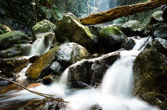 Caminata de aventura en la cascada de...