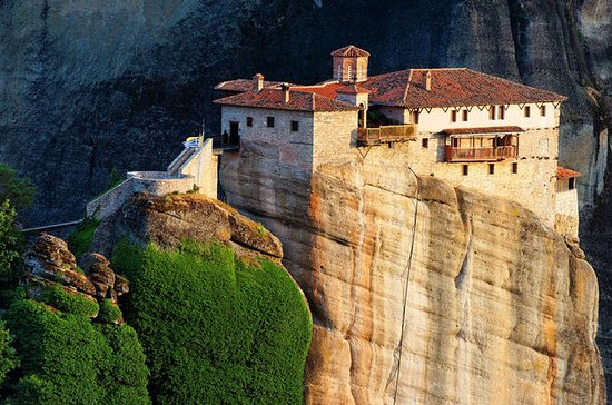 Athens to Delphi and Meteora 2-Day Trip