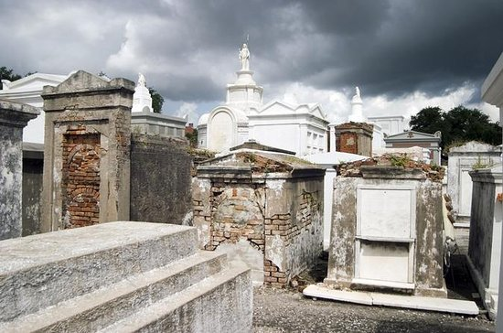New Orleans 2-Hour Cemetery and Voodoo Walking Tour with Guide
