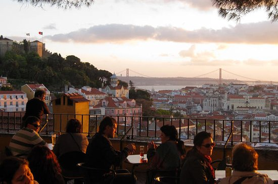 Private Tour: Lisbon Sunset Walking Tour with Fado Show and Dinner