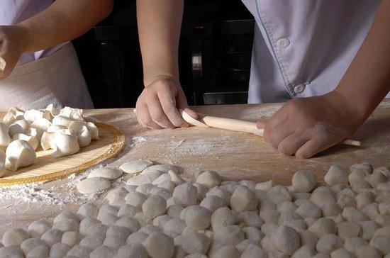 Experimenta Xi'an: fabricación de bolas de masa hervida y clase de cocina familiar: Experience Xi'an: Dumpling Making and Family Cooking Class