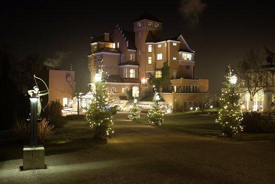 Hotel Schloss Monchstein: Hotel facade.