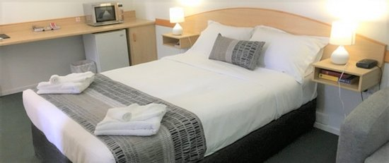 Warwick Vines Motel: Our Deluxe Rooms are fabulous A lounge to relax on. Triple Sheeting . Your own coffee making mac