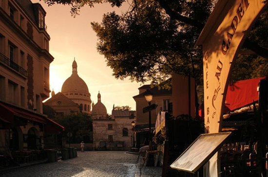 Montmartre Art Walking Tour with ...