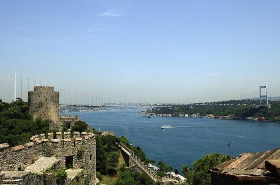 Bosphorus Strait Cruise with Rumeli Fortress or Kücüksu Palace Tour