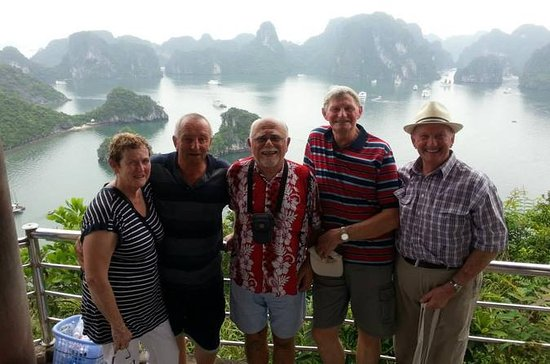 Halong Bay Islands, Caves Tour with Seafood Lunch from Hanoi