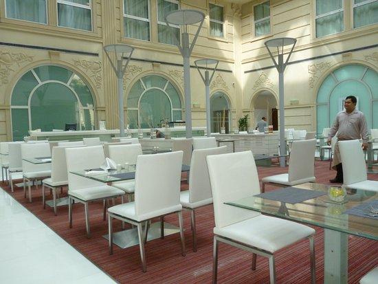 Villa Rotana - Dubai: Breakfast room - good selection of east & western foods