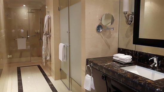 Raffles Makati : Raffles executive suite
