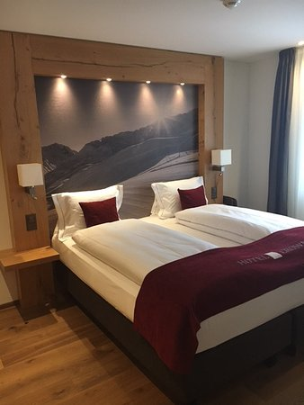 Camera da letto (camera no. 104) - Bild von Hotel Crown, Andermatt ...