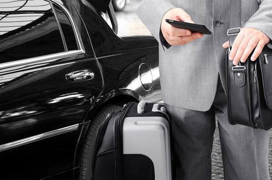 Private Transfer: Downtown Hotel to Toronto Pearson International...