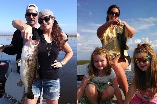 Viagem de pesca do meio dia do lago...