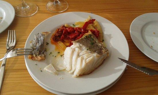 Leioa, España: Una generosa tajada de bacalao con sus láminas jugosísimas