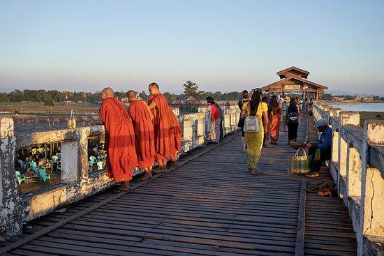 U Bein Bridge: Mönche schauen den Sonnenuntergang an