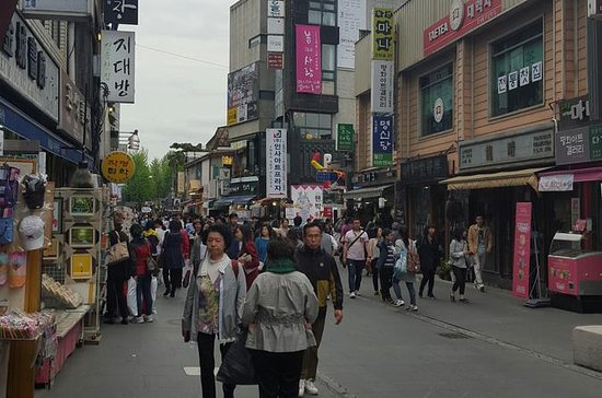 Myeongdong District Tour and Shopping with Traditional Lunch