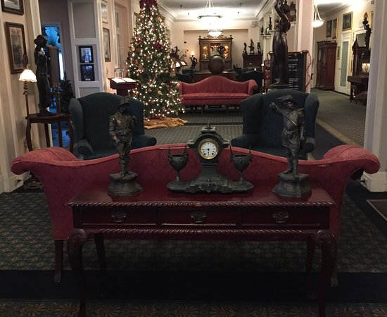 Lake Lure, Carolina del Norte: Beautiful antiques in the lobby
