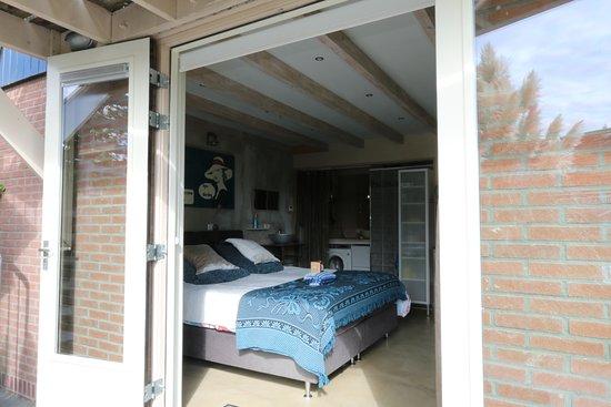Grouw, Holland: Studio met openslaande tuindeuren naar het terras aan het water.