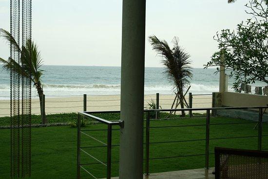 Habaraduwa, Sri Lanka: Lawn by the beach