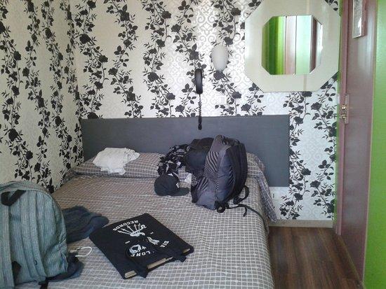 Caulaincourt Square Hostel: Une chambre double avec WC et douche, environ 70€ / nuit.