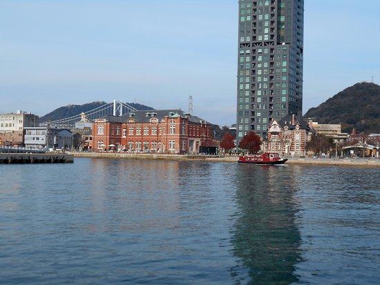 Mojiko Retro: 旧税関前を通過するサンタ号