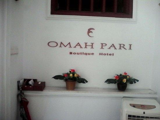 Omah Pari Boutique Hotel: Resepsionis Omah Pari dengan hiasan bunga sambut tamu