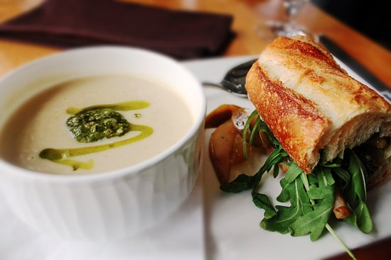 Hanover, Nueva Hampshire: Roasted Parsnip & Celery Root Soup w/ Pear and Goat Cheese Sandwich