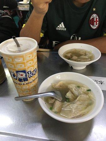 Yan Ji Pork Bun: 顏記的餛飩湯很有名,他家餛飩薄薄的抹一層肉,餛飩皮也薄薄的很滑,一碗才40塊超好吃。餛飩湯的湯頭蠻清淡,有淡淡的黑胡椒香味。