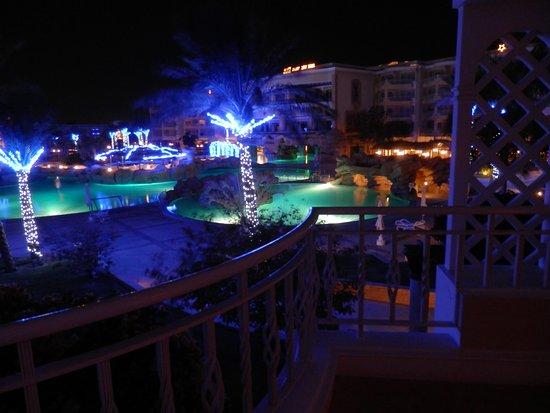 SENTIDO Palm Royale Soma Bay: Blick vom Balkon bei Nacht