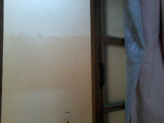 Une fenetre interieure donnant sur un mur picture of for Fenetre interieure