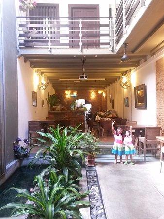 Courtyard @ Heeren Boutique Hotel: Breakfast was serve at a unit across the street