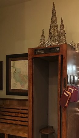 Hondo, TX: Vintage telephone booth in the lobby -- very cool!