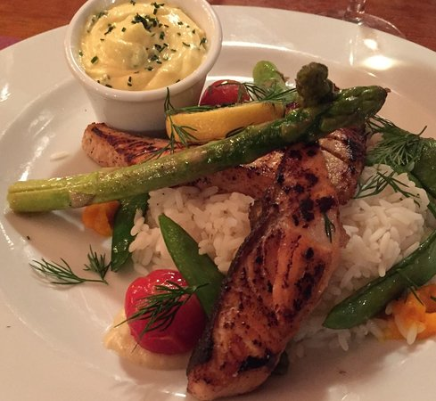 Smithys Tavern : Chargrilled salmon fillet with legumes du jour