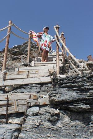 Psaravolada Resort: Escalera en mal estado y peligrosa.