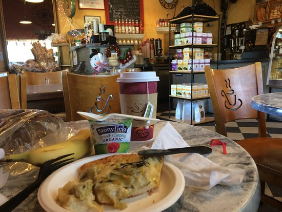 French Corner Bakery: Excellent Artichoke Pizza, Pumpkin Bread and Tea.