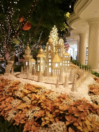 Christmas decorations - Picture of Lakeside - Wynn Las Vegas, Las ...