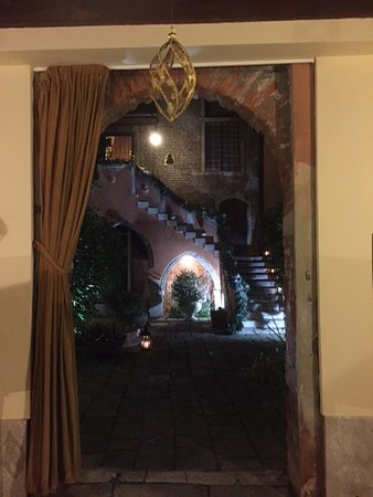 Residence Palazzo Odoni: Looking into the courtyard from the entrance hall