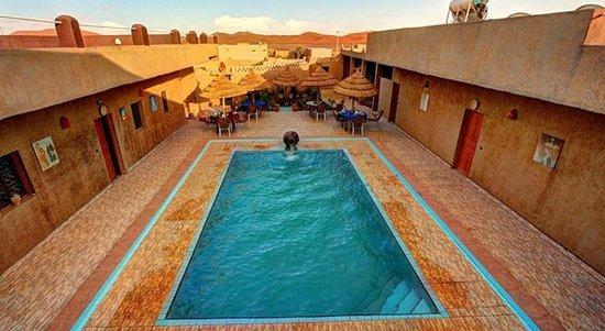 L'Homme Du Desert: L'auberge est située à 5 km du centre de Merzouga, elle dispose d'une piscine et d'une belle ter
