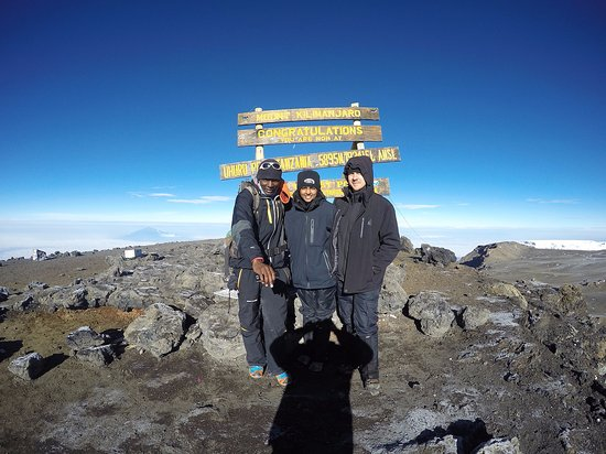 Monte Kilimanjaro: With our guide at Uhuru peak (the summit!)
