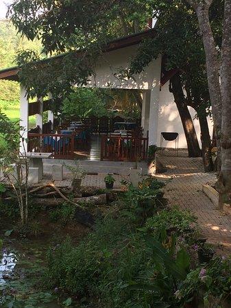 Beach Grove Villas: Restaurant area next to the paddy field.