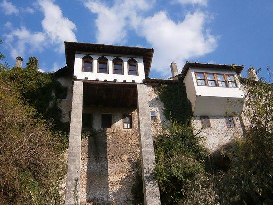 Turkish House (Kajtaz): 川沿いに建っています