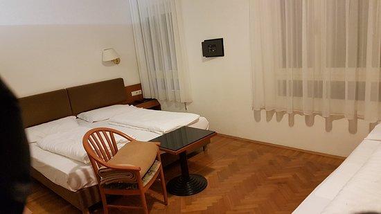Hotel Adria: Buon hotel, pulito e molto centrale vicino alla stazione Fs e vicino alla Piazza Walter per i Me