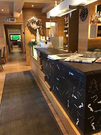 Molina di Fiemme, Italië: Entrata hotel /Sala bar/ Strudel (loro lo presentano in maniera molto più curata)