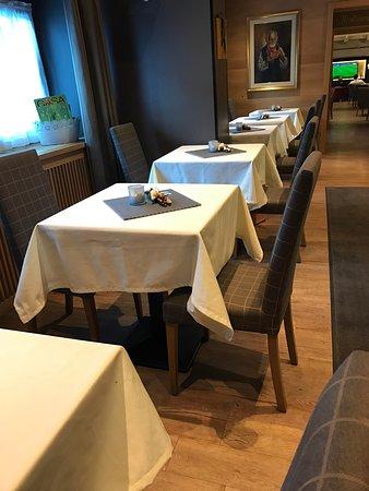 Molina di Fiemme, Italy: Entrata hotel /Sala bar/ Strudel (loro lo presentano in maniera molto più curata)