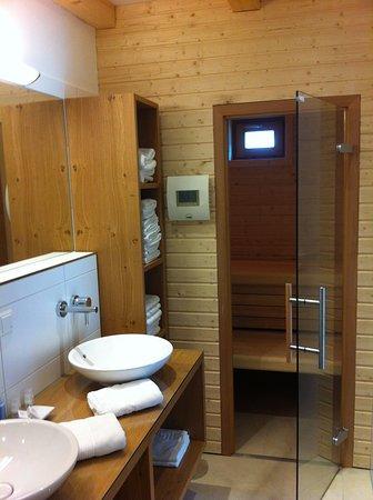 Ferienhaus Badezimmer mit Sauna - Bild von Landhotel Berau, St ...